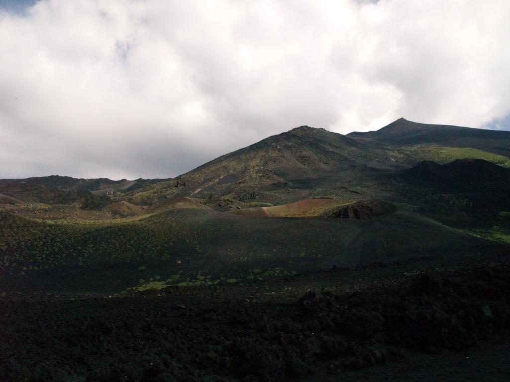 Etna. Turyści i narciarze na czynnym wulkanie