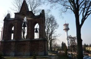 Chełmce Kościół i wieża w niewielkiej wsi