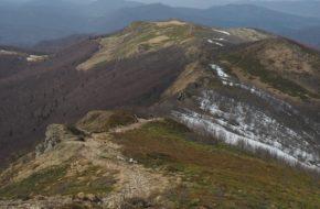 Bukowe Berdo Wśród skał, jarzębin, śniegu i widoków