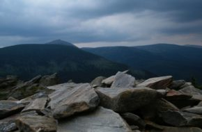 Karkonosze Na Skalny Stół z przełęczy Okraj