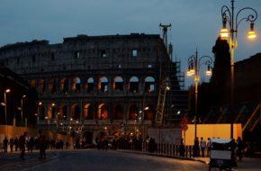 Rzym Wieczorem w Koloseum ożywają cienie