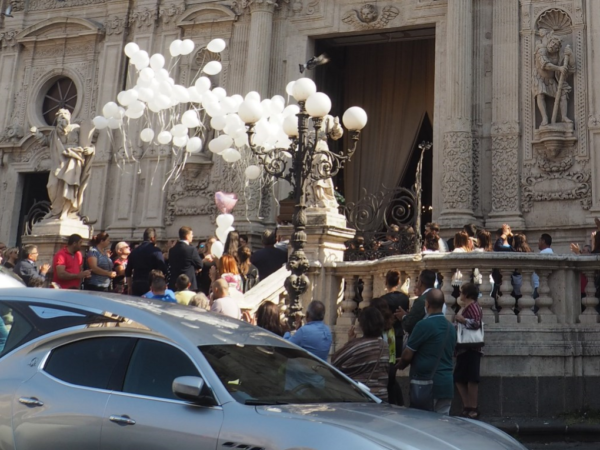 Acireale Gromkie oklaski przed kościołem