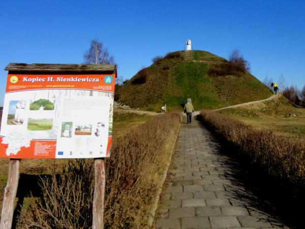 Okrzeja Kościół, cmentarz i kopiec Sienkiewicza