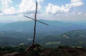 Połonina Równa Przez las i trawy Ostrej Hory