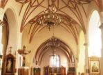 Wizna. Gotycki kościół i murale na domach