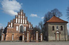 Wizna Gotycki kościół i murale na domach