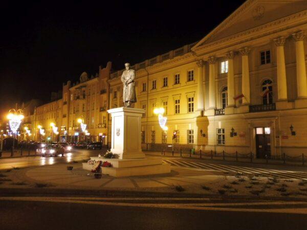 Kalisz Gmachu trybunału i pomnik Marszałka