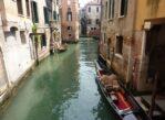 Wenecja. Gondole i gondolierzy