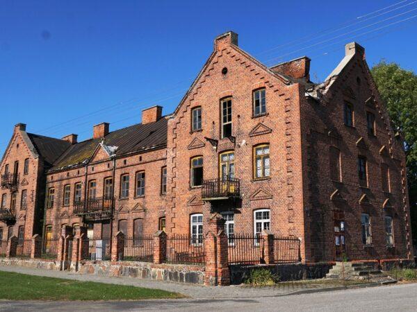 Złaków Kościelny Trzy budowle z czerwonej cegły
